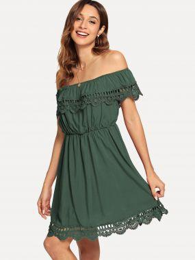 Закройное платье с кружевными оборками