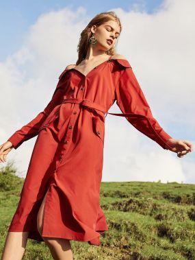 Платье с открытыми плечами на пуговицах
