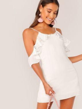 Платье с кружевом, оборкой, открытым плечом и глубоким V-образным вырезом