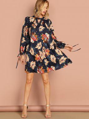 Платье с завязкой на манжете и двумя V-выреза и цветочным принтом