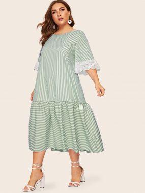 Полосатое платье со спущенным рукавом размера плюс