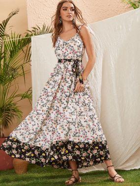 Платье на бретелях с цветочным принтом и поясом