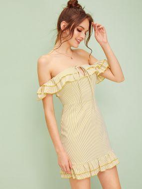 Полосатое платье с узлом, оборкой и открытым плечом