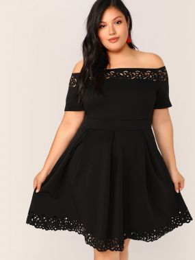 Приталенное расклешенное платье с кружевом и открытым плечом размера плюс