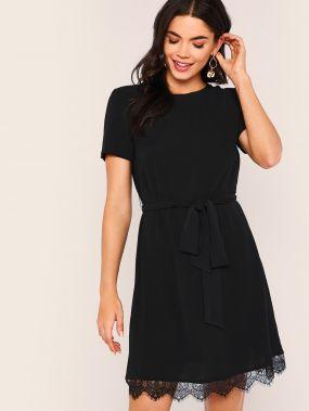Однотонное платье с кружевной отделкой и поясом