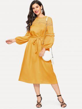 Платье с оригинальным рукавом, жемчугами и кружевной вставкой