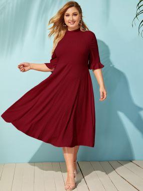 Вязаное ребристое расклешенное платье с оригинальным рукавом и воротником-стойка размера плюс