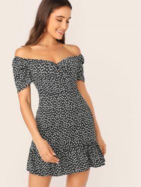 Платье с цветочным принтом, оборкой и открытым плечом