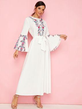 Расклешенное платье с поясом, цветочным принтом и оригинальным рукавом