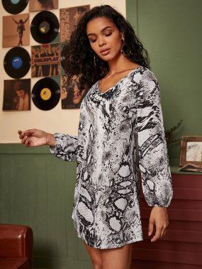 Платье с двойным v-образным вырезом и змеиным принтом без сумки