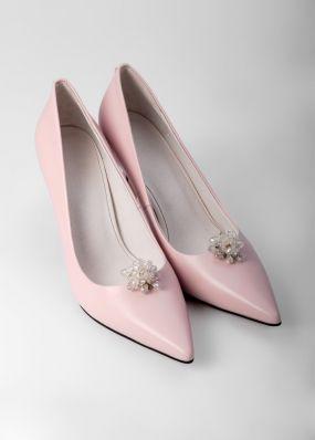 Светло-розовые туфли-лодочки на каблуках с брошью TBB009-03SH