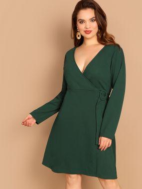 Размера плюс стильное платье с поясом и V-образным вырезом