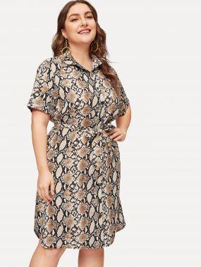 Размера плюс платье-рубашки с пуговицами и змеиным принтом