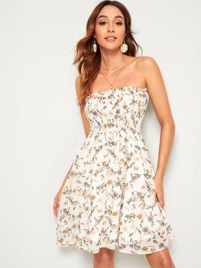 Платье с открытым плечом и оригинальным принтом