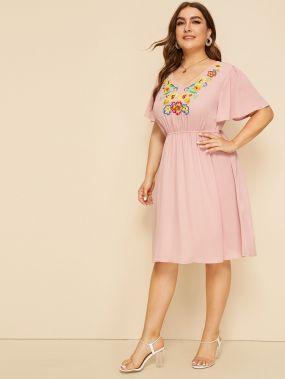 Платье с цветочной вышивкой и V-образным вырезом размера плюс