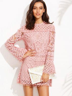 Розовое кружевное платье с бахромой. длинный рукав