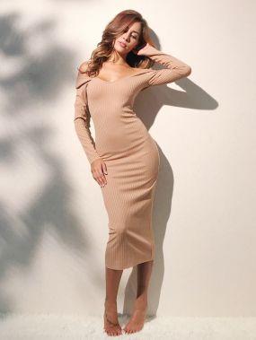 Модное платье в рубчик с открытыми плечами