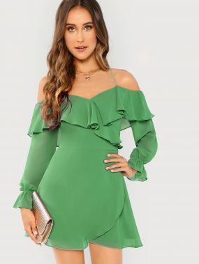 Платье с открытыми плечами и оборками