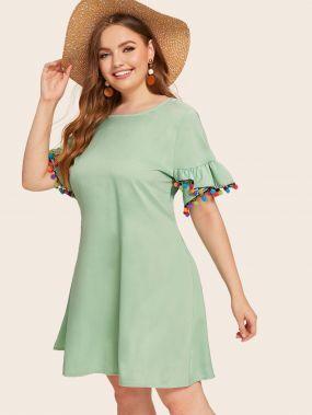 Платье с оригинальным рукавом, пуговицами и контрастным помпоном размера плюс