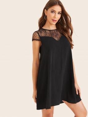 Платье с вырезом-сердечком и кружевной вставкой