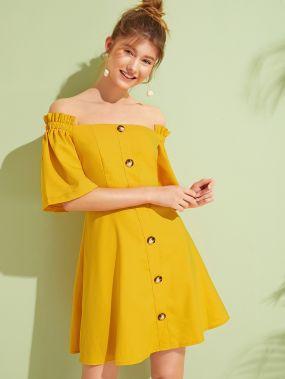 Однотонное платье с открытыми плечами и пуговицами