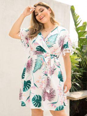 Платье размера плюс с тропическим принтом, бахромой и поясом