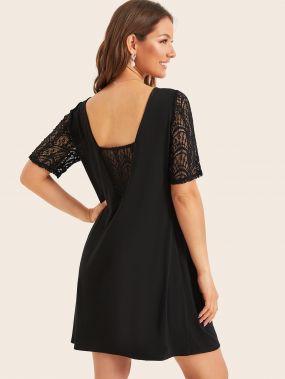 Платье с кружевной вставкой и глубоким V-образным вырезом