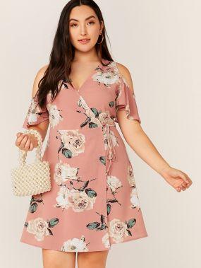 Платье на запах с цветочным принтом, завязкой и открытым плечом размера плюс