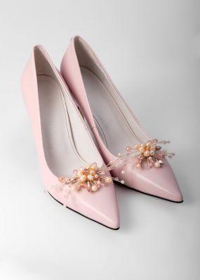 Светло-розовые туфли-лодочки на каблуках с брошью TBB009-18SH