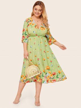 Платье размера плюс с глубоким v-образным вырезом и цветочным принтом
