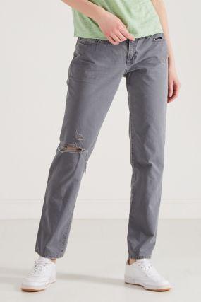 Серо-голубые джинсы с потертостями