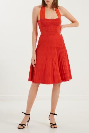 Красное платье с плиссировкой