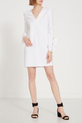 Белое платье с V-вырезом