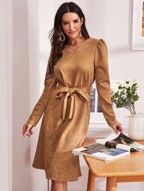 Замшевое платье с пышными рукавами и поясом