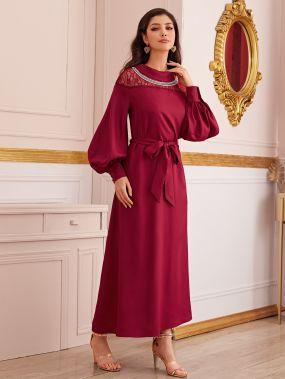 Платье с кружевной вставкой, поясом и колье
