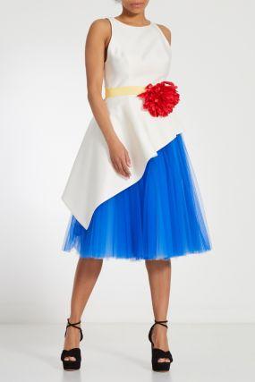 Белое платье с оборкой