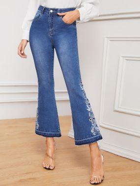 Расклешенные джинсы с цветочной вышивкой