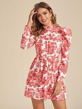 Платье с поясом, оригинальным принтом и пышным рукавом