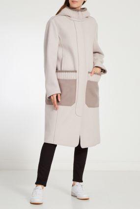 Бежевое пальто с вязаной отделкой