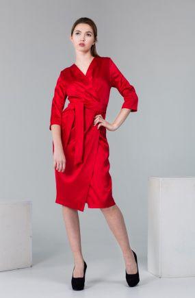 Красное платье из атласа на запахе