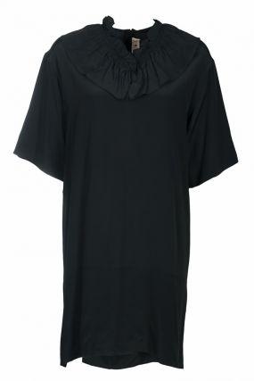 Короткое черное платье с воротником-рюшей