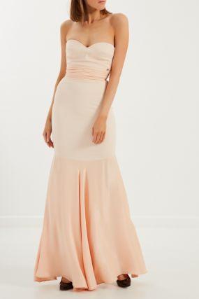 Платье телесного цвета с открытыми плечами