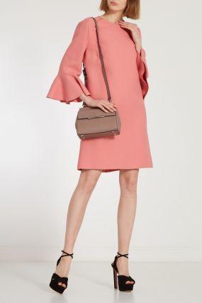 Розовое платье с расклешенными рукавами